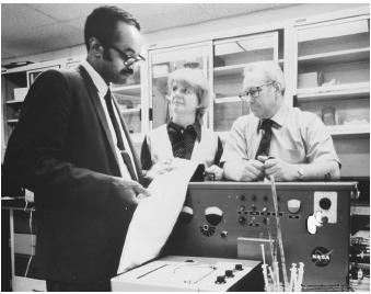 American biochemist Emmett W. Chappelle (l.), who used fluorescence in the detection of bacteria.